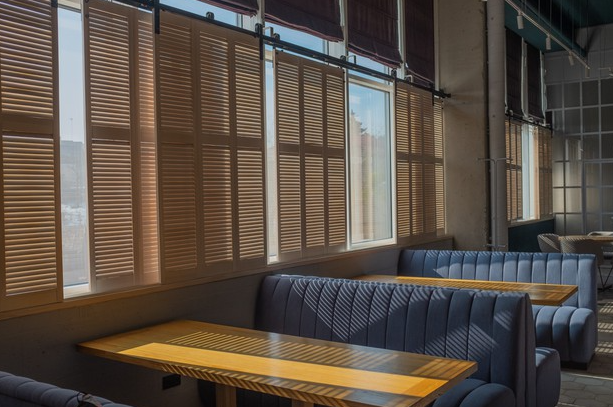 12 Commonly Asked Questions About Retractable Cafe Blinds