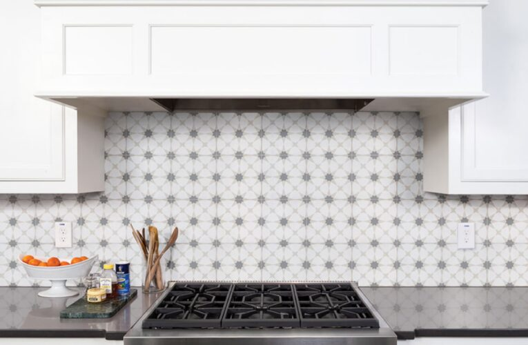 Know Why Remodeling Archiects Admire Glass Tile Backsplash